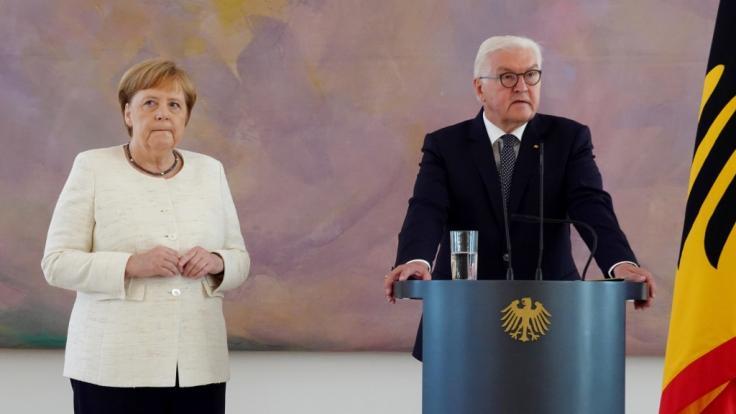 Bei einem Termin auf Schloss Bellevue begann Kanzlerin Merkel erneut unkontrolliert zu zittern. (Foto)