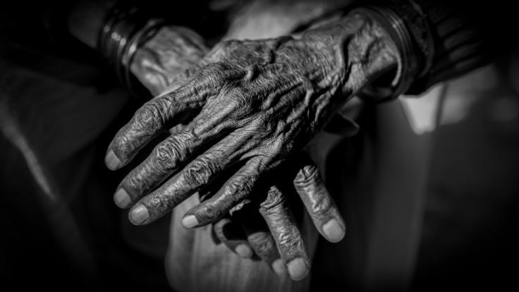 In Indien wurde eine 90-Jährige von zwei Männern überfallen.