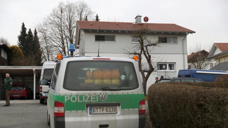 In dem Einfamilienhaus in Oberfranken sind drei Leichen gefunden worden. Dabei handelt es sich nach Angaben der Ermittler um eine Frau und zwei Kinder. Die Ermittlungen zu den Todesumständen liefen, sagte ein Polizeisprecher.