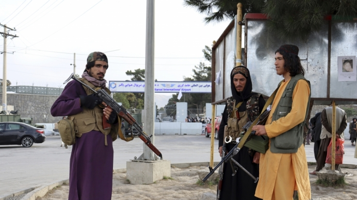 Kämpfer der Taliban stehen nach dem Abzug der USA vor dem internationalen Flughafen Hamid Karzai. (Foto)