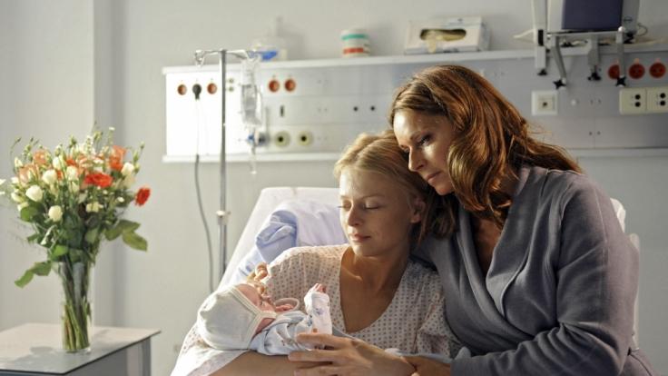 Aus Liebe zu ihrer Tochter vertauscht Sophia (Christina Plate, r.) nach der Geburt ihr Baby mit dem ihrer Tochter.
