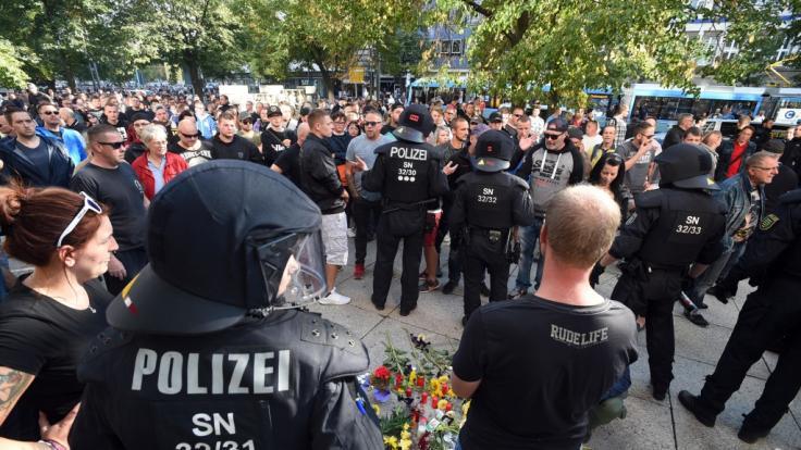 Polizisten und Demonstranten in Chemnitz. (Foto)