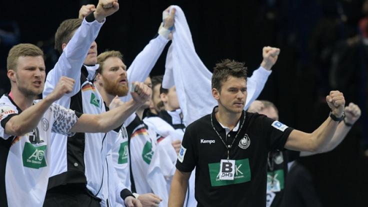"""Deutschlands Trainer Christian Prokop (r) feiert einen Treffer seines Teams gegen Schweden. Gegen Portugal wollten die """"Bad Boys"""" den Gruppensieg bei der Handball-EM-Qualifikation perfekt machen. (Foto)"""