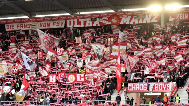 Fahnen und Gesänge unterstützen den FSV Mainz bei vielen Spielen. (Symbolbild)