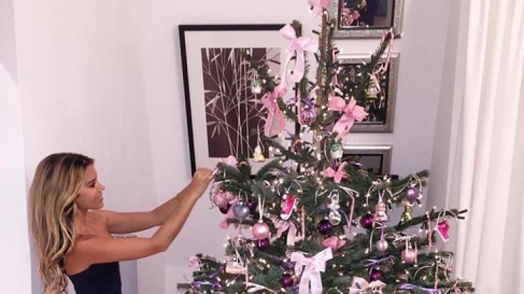 Albtraum in Pink und Lila: Der Weihnachtsbaum von Sylvie Meis. (Foto)