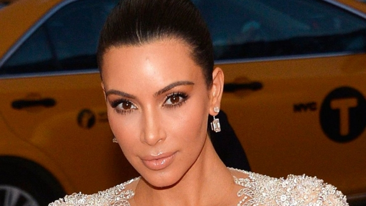 Kim Kardashian zeigt sich spärlich bekleidet.
