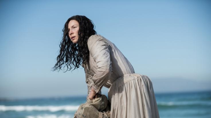 Claire Randall rettet sich mit letzter Kraft auf eine kleine Insel. (Foto)