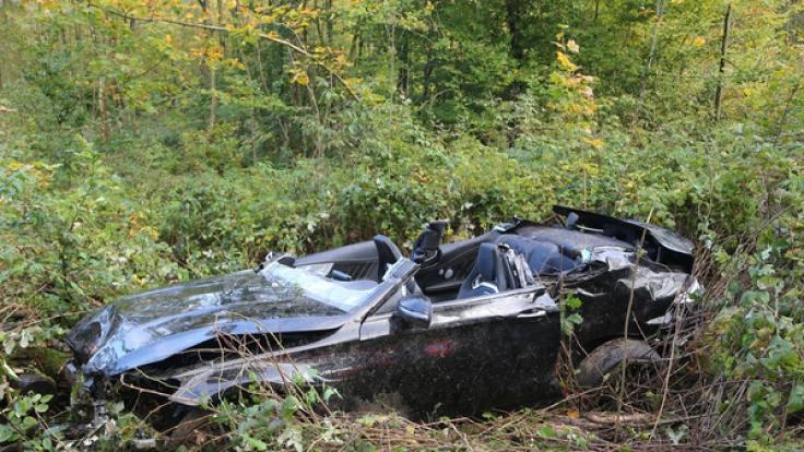 Ein bei dem Unfall zerstörter Sportwagen in der Nähe von Amstetten (Baden-Württemberg) liegt in Büschen neben der Fahrbahn. (Foto)