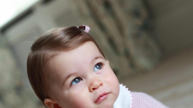 Ganz in rosa gekleidet, posiert Prinzessin Charlotte von Cambridge für ihre Mutter.