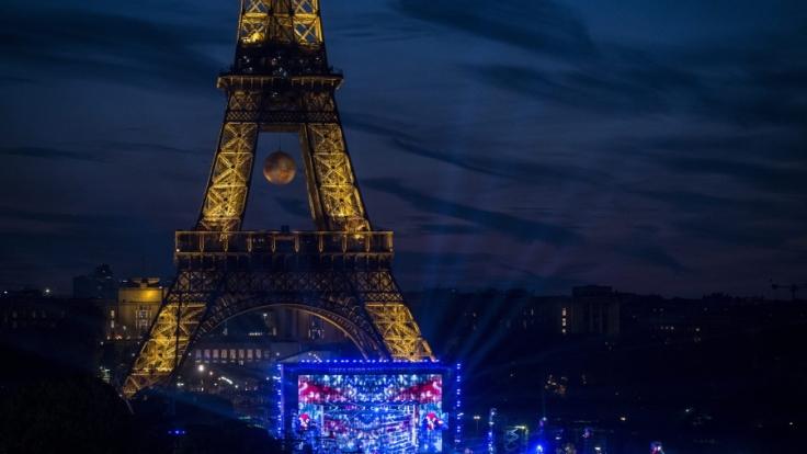 David Guetta performt vor dem Eiffel-Turm. (Foto)