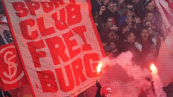 Lautstark feuern die Fans vom SC Freiburg ihre Mannschaft an. (Symbolbild) (Foto)