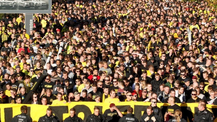 Fans von Borussia Dortmund protestieren in der Innenstadt von Dortmund (Nordrhein-Westfalen) gegen RB Leipzig. Im Stadion findet das Bundesligaspiel zwischen Borussia Dortmund und dem RB Leipzig statt.