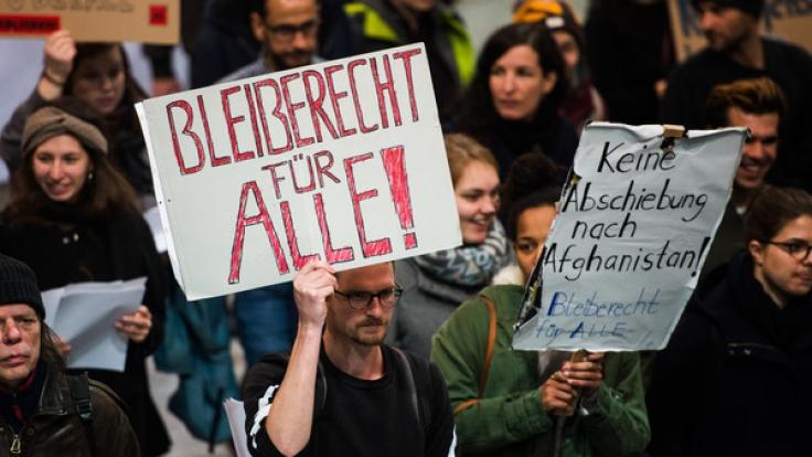 Bei der ersten Sammelabschiebung des Jahres 2017 kam es auf dem Flughafen Frankfurt, von wo aus 26 Afghanen in ihre Heimat gebracht wurden, zu Protesten von Abschiebungsgegnern und Menschenrechtsorganisationen.