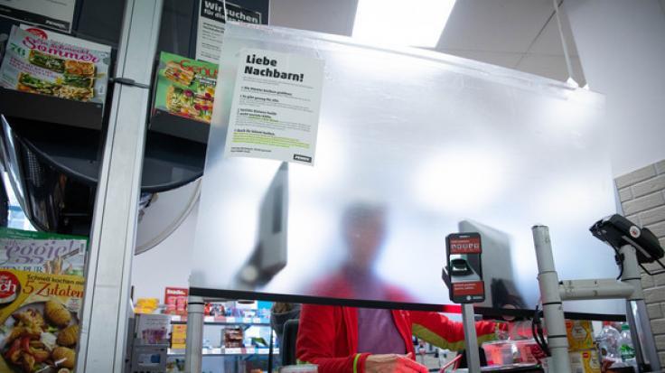 Provisorische Schutzmaßnahmen schützen Kassierer und Kassiererinnen in einer Filiale von Penny. (Foto)