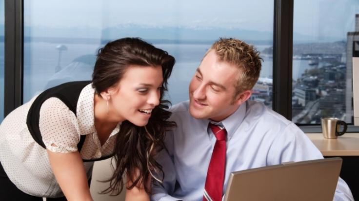 Wenn bei der Arbeit die Funken sprühen: Liebe zwischen Kollegen ist nicht verboten und dennoch mit Vorsicht zu genießen. (Foto)