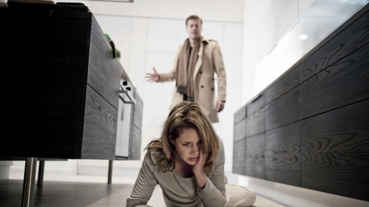 Leonie (Felicitas Woll) wird regelmäßig von ihrem Mann Alexander (Marcus Mittermeier) geschlagen. (Foto)
