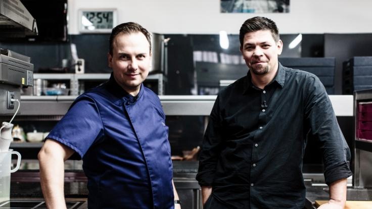 """Tim Raue und Tim Mälzer kochen bei """"Kitchen Impossible"""" um die Wette. (Foto)"""