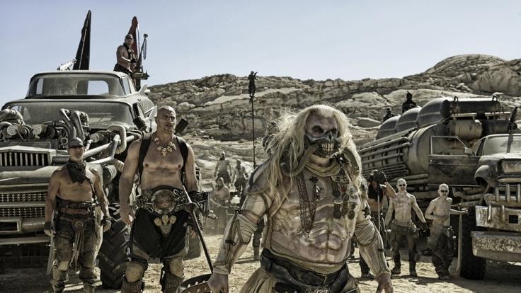 Eine ganze Arme an Warboys ist dem Warlord Immortan Joe (vorn, Hugh Keays-Byrne) unterstellt. (Foto)