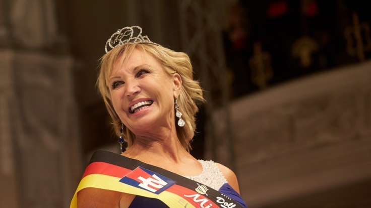 Die 56-jährige Martina Selke aus Friedrichsdorf gewinnt die Wahl zur Miss 50plus Germany 2016.