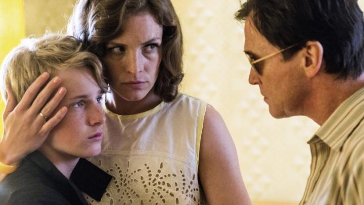 Wolfgangs Mutter Ingrid (Katharina Lorenz) kann sich gegen Heinz (Uwe Bohm) nicht durchsetzen. Der Stiefvater verbannt Wolfgang (Louis Hofmann) wegen Aufmüpfigkeit ins Fürsorgeheim.