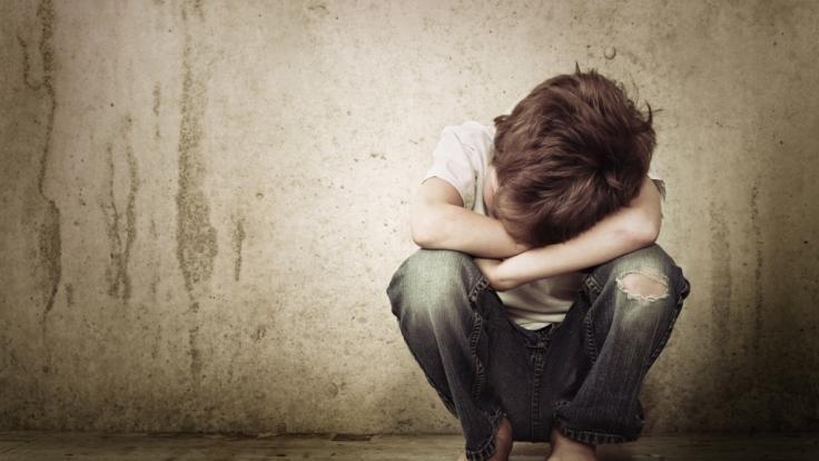 Ein erst vier Jahre alter Junge wurde von seiner eigenen Mutter sexuell missbraucht - Videoaufnahmen davon wurden im Darknet zum Kauf angeboten (Symbolbild). (Foto)
