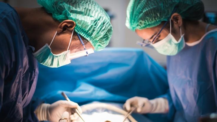 Ein toter Fötus-Zwilling wurde einem Mädchen von Ärzten in Inden entnommen. (Symbolbild) (Foto)