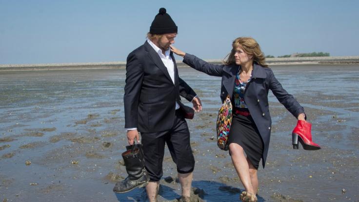 Fanny Reitmeyer (Anke Engelke, re.) und Hagen Kluth (Charly Hübner, li.) kommen sich beim Wattwandern scheinbar näher. (Foto)