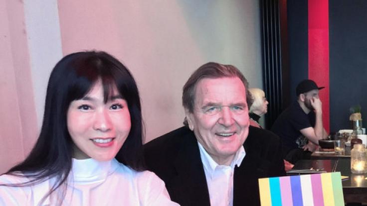 Altbundeskanzler Gerhard Schröder (SPD) besuchte am 20.01.2018 mit seiner Lebensgefährtin Soyeon Kim ein Restaurant in Berlin Kreuzberg.