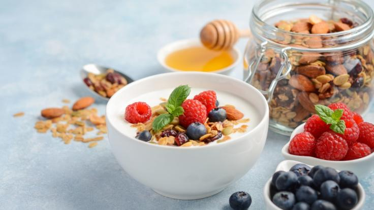 Empfohlen wird, jeden Tag etwa 150 Gramm Naturjoghurt zu essen. Granola, Honig oder Beeren dürfen auch mit drauf.