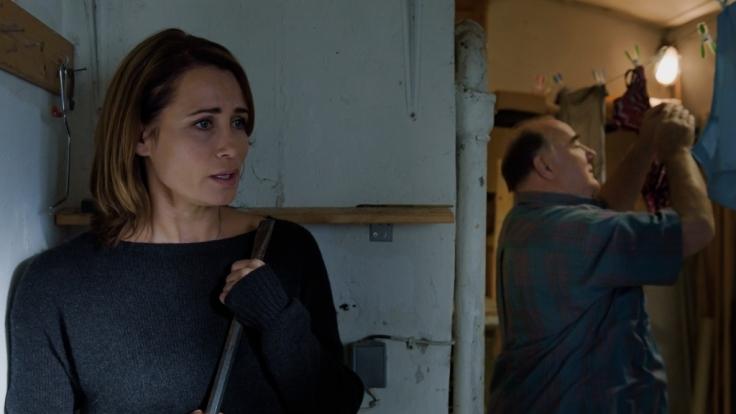 Panisch versteckt sich Rebecca (Anja Kling, l.) vor Tiberius (Udo Samel, r.).