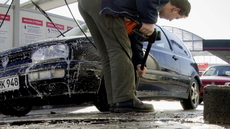 Unansehnlichen Reste toter Insekten am Auto kann man vorbeugen - mit Baby-Feuchttüchern. Dabei sollte die gereinigte Stoßstange mit diesen Tüchern eingerieben werden. (Foto)