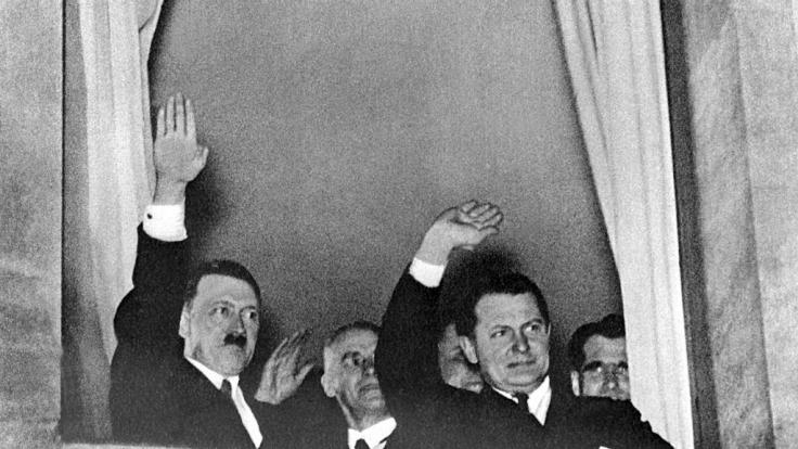 Ein Münchner Auktionshaus hat private Sachen von Adolf Hitler (links) und Hermann Göring versteigert. (Foto)