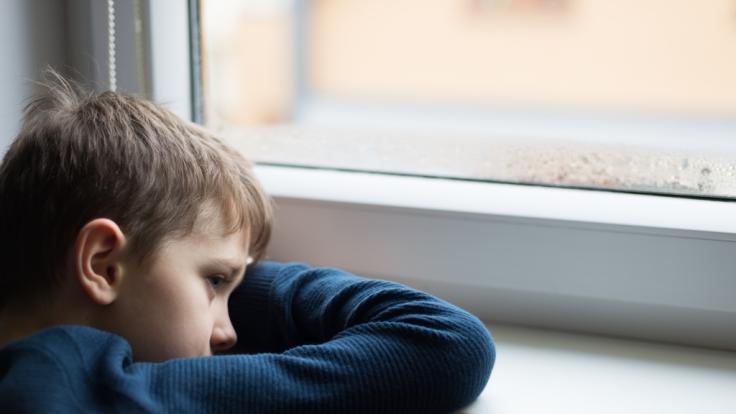 Ein Junge ist im Wahn aus dem Fenster gesprungen. (Symbolfoto) (Foto)