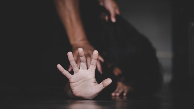 Eine Frau wurde Opfer einer Gruppenvergewaltigung. (Foto)