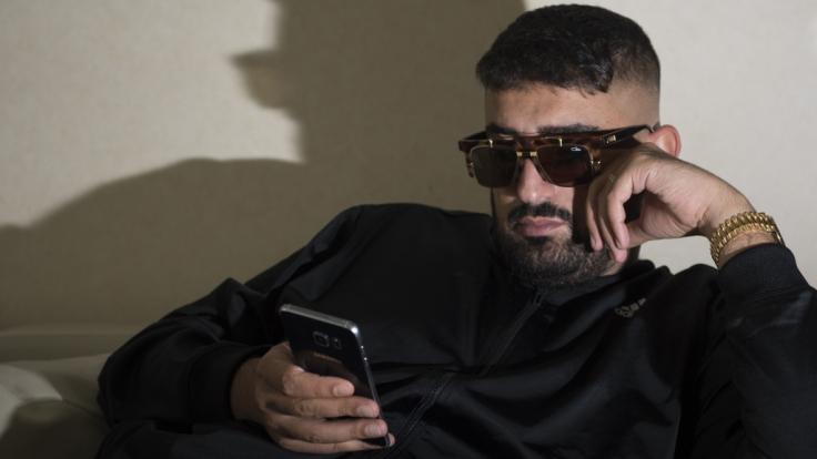 Der Rapper Aykut Anhan, alias Haftbefehl, soll mit einer Schussverletzung in ein Krankenhaus in Darmstadt behandelt werden. (Foto)
