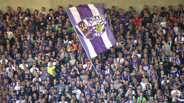 In den Farben der Mannschaft unterstützen die Fans ihren Verein Erzgebirge Aue. (Symbolbild)