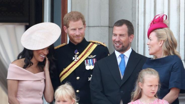 Ausnahmsweise ist es mal nicht Queen-Enkel Prinz Harry (2.v.l.), der der Königin Kummer bereitet - diesmal ist Peter Phillips (3.v.r.), der Sohn von Prinzessin Anne, ins Fettnäpfchen getreten.