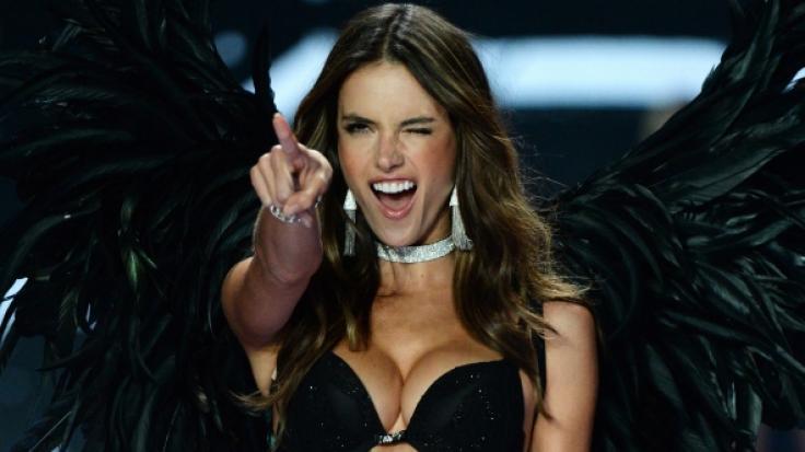 Auf Facebook verwöhnte das brasilianische Supermodel Alessandra Ambrosio seine Fans mit einem Oben-ohne-Foto am Strand