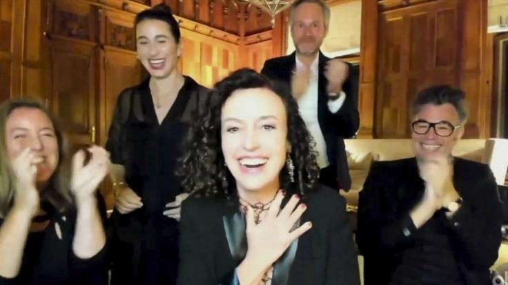 Maria Schrader kann ihr Glück kaum fassen. Die deutsche Regisseurin hat einen Emmy gewonnen. (Foto)
