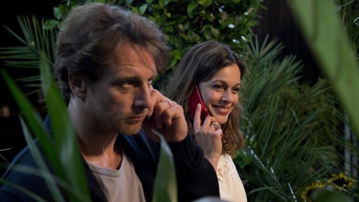Markus (Hendrik Duryn) und Elisa (Suzan Anbeh) lernen sich über Telefongespräche näher kennen. (Foto)