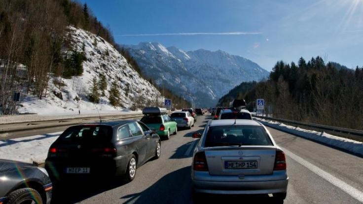 Wegen des Ferienendes in mehreren Bundesländern kehren am Wochenende wieder zahlreiche Wintersportler heim. Vor allem auf den Alpen-Routen Richtung Norden werden Staus erwartet.