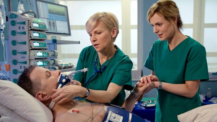 Welche Schäden hat Dr. Roland Heilmanns (Thomas Rühmann, liegend) davon getragen, nachdem sein Kreislauf 45 Minuten stillstand? (Foto)