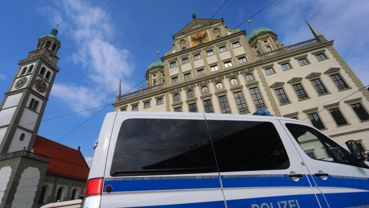 Mehrere Rathäuser in Deutschland - darunter das hier abgebildete Rathaus in Augsburg - sind am Dienstag nach Drohungen evakuiert worden.