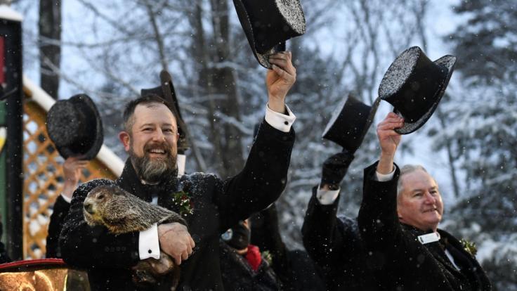 Groundhog Club Handler A.J. Dereume hält Punxsutawney Phil, das Wetter prognostizierende Murmeltier, bei der 135. Feier des Groundhog Day auf Gobbler's Knob in Punxsutawney.