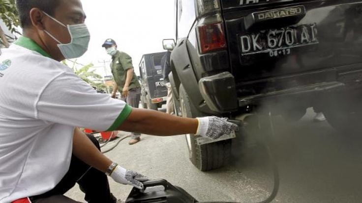 160 Gramm des Treibhausgases CO2 stößt jedes größere Auto im Durchschnitt pro 100 Kilometer aus. (Foto)