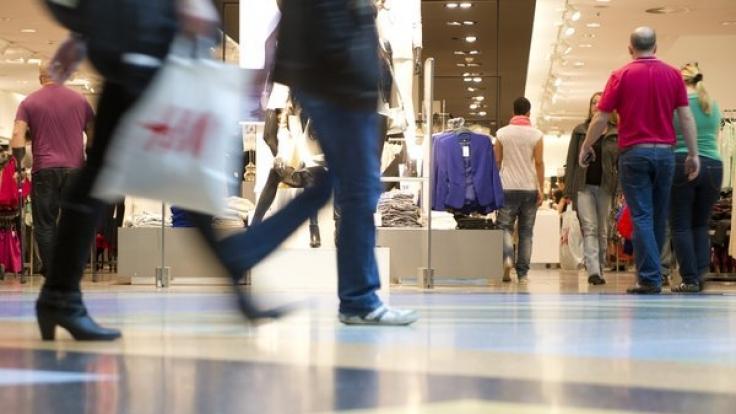 Zum verkaufsoffenen Sonntag freuen sich Einzelhändler regelmäßig über reges Kundeninteresse. (Foto)