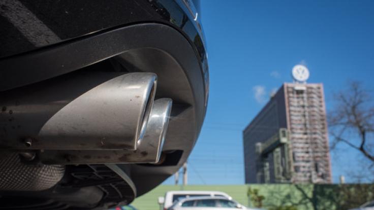 Der Auspuff eines VW Passat ist vor dem Volkswagen Werk in Wolfsburg zu sehen. Der Passat der siebten Generation ist von dem Abgas-Skandal betroffen.