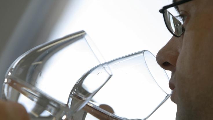 Ob im Restaurant das teure Mineralwasser nicht aus dem Discounter kommt, kann kaum ein Gast nachvollziehen. (Foto)