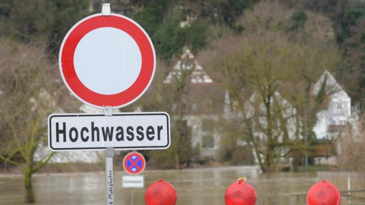 Durch die Schneeschmelze und starke Niederschläge steigt in vielen Regionen die Gefahr von Hochwasser.