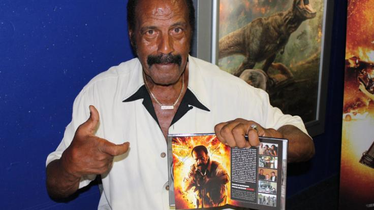 "Blaxploitation-Legende und ""From Dusk Till Dawn""-Kultstar Fred Williamson signiert ein Mediabook von ""Atomic Eden"". (Foto)"